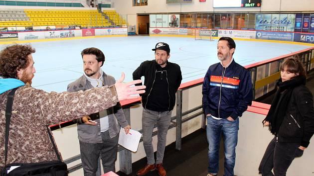 Autoři seriálu Lajna při natáčení na zimním stadionu v Havířově, duben 2017.