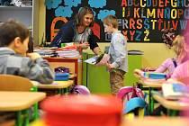 Školáci ve čtvrtek dostali pololetní vysvědčení. V pátek si užijí jednodenní pololetní prázdniny.