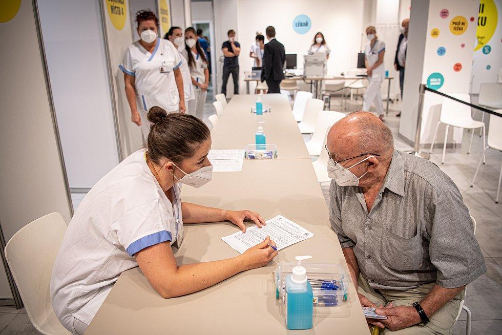 V OC Forum Nová Karolina se otevřelo očkovací místo bez nutnosti předchozí registrace, 21. července 2021 v Ostravě. První očkovaný Rudolf Kubišta.