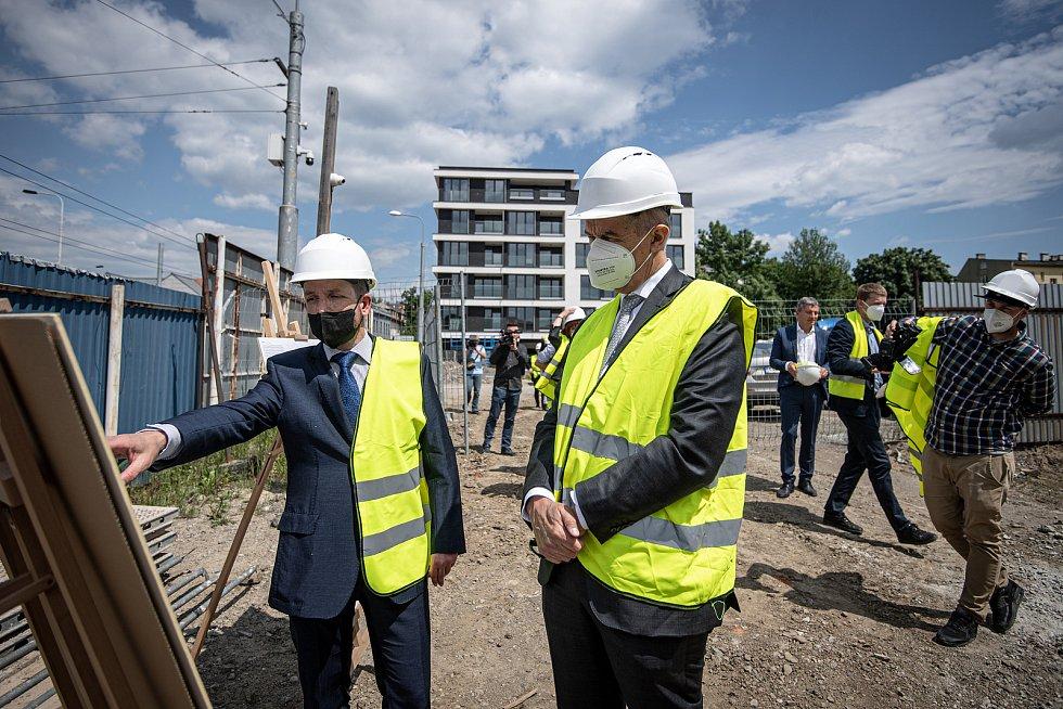 Předseda vlády České republiky Andrej Babiš si prohlédl novostavbu bytového domu Janáčkova a historické městské jatka, 1. června 2021 v Ostravě. V doprovodu (vlevo) primátor Ostravy Tomáš Macura (ANO)