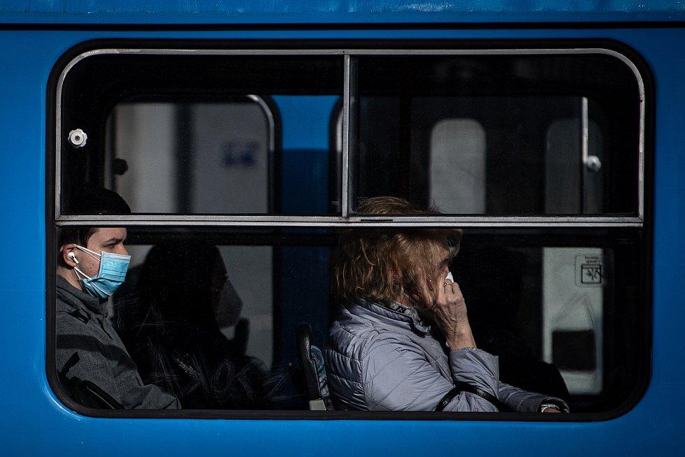 Muž s dvěma rouškami v tramvaji, 25. února 2021 v Ostravě. Kvůli koronavirové epidemii začala platit povinnost na frekventovaných místech nosit respirátor nebo dvě jednorázové zdravotnické roušky přes sebe.