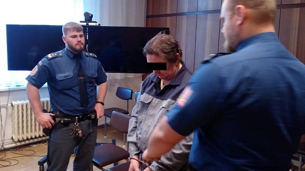 Ladislav K. (55 let) z Opavska, který pobodal svou o devatenáct let mladší družku, u soudu.