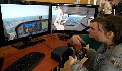 Den otevřených dveří na VŠB-TU v Ostravě. David Mičulka ze strojní fakulty, jehož oborem je technologie provozu letecké dopravy, například předvedl simulátor letadla.