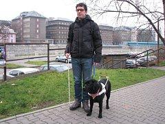 Jakub Starek a Colette, nevidomý právník a jeho vodicí pes.