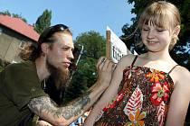 Anička Macečková si nechala od výtvarníka Martina Ficka namalovat na rameno stopu šelmy.