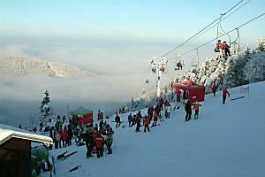 Pohled z beskydských Pusteven v době inverze na smogem zahalené Ostravsko.