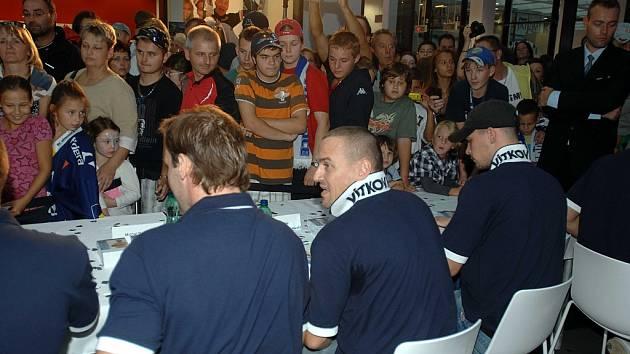 Slavnostní odhalení nového dresu HC Vítkovice Steel si vzali na starost prezident klubu František Černík a kapitán týmu Jiří Burger. Celá akce vyvrcholila autogramiádou hráčů.