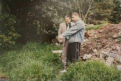 David Schmit si u mexických nájemných zabijáků objednal vraždu manželky. Na snímku mexické policie (vpravo) ukazuje místo, kde odhodil kufry s ostatky těla.