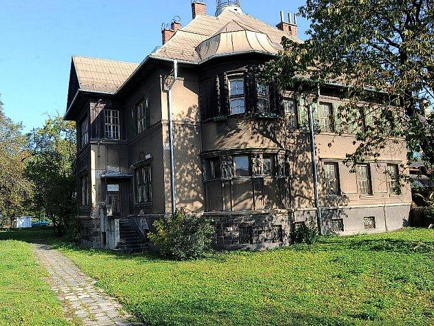 Vila Na Zapadlém v ulici 28. října je na prodej. Vyvolávací cena čtyři miliony korun zahrnuje i interiér s malbami, původním nábytkem, ale také zahradu s torzem kašny a bazénu.