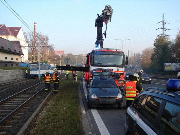 Zřejmě špatně zatažená ruční brzda stála za dopravní nehodou, která v pátek ráno zkomplikovala tramvajovou i automobilovou dopravu v Místecké ulici v Ostravě-Vítkovicích.