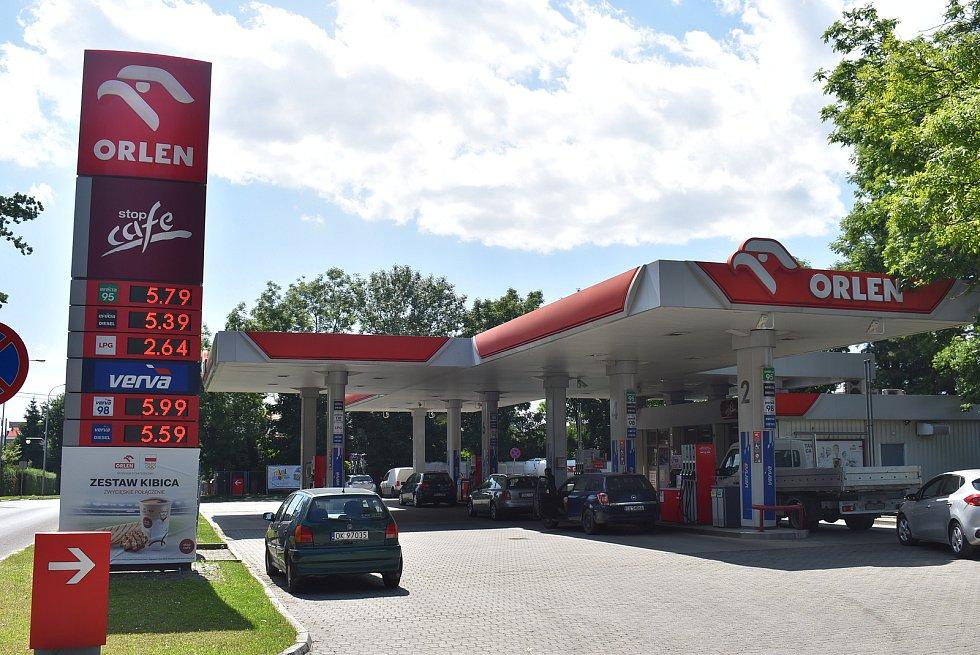 Benzin je momentálně jedražsí za posledních sedm let. Ani v Polsku není levnější. Pumpa v polských Glubczycích (Krnov), červenec 2021.