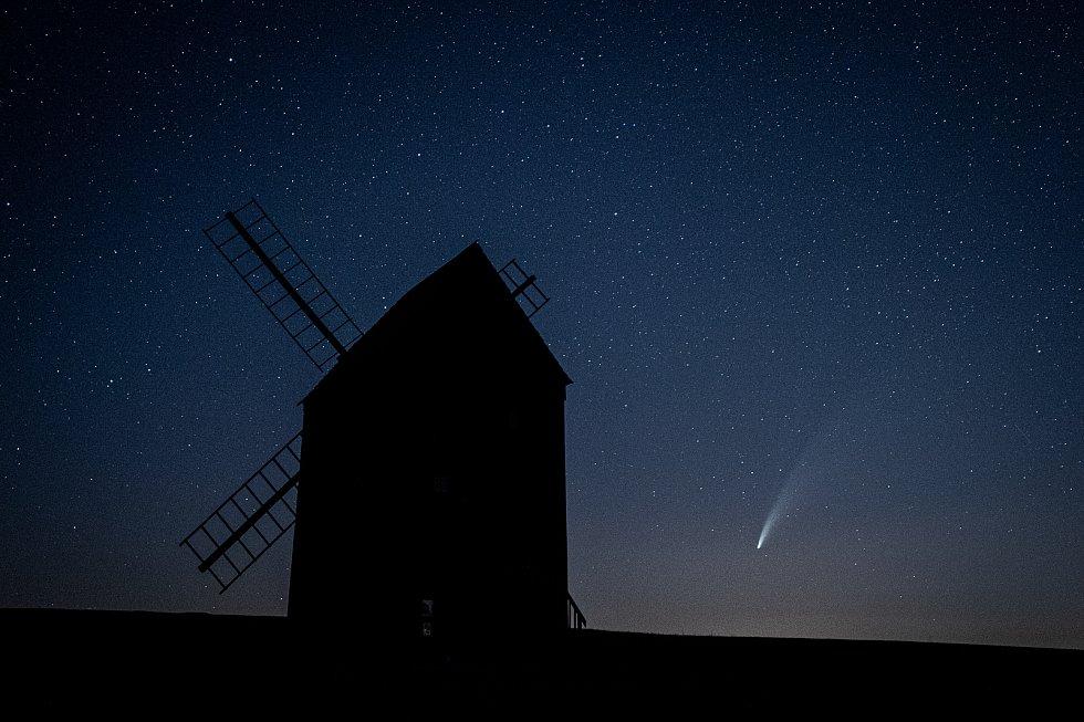 Kometa C/2020 F3 NEOWISE u větrného mlýnu, který se nachází v obci Stará Ves u Bílovce, 13. července 2020.