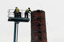 Demolice jediného továrního komína v Ostravě-Porubě.