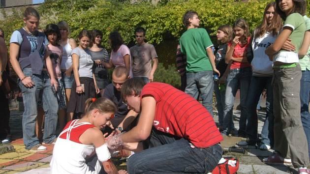 Poskytnout první pomoc se učí studenti Gymnázia v Ostravě-Hrabůvce.