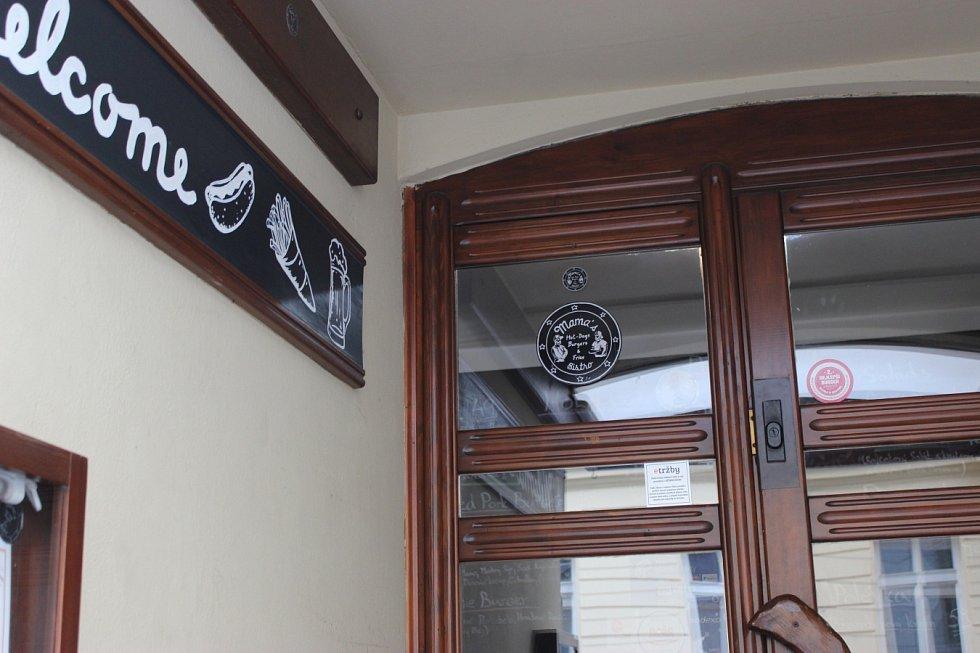 Mama's bistro. Novinkami jsou mimo jiné černá výmalba, nové logo s podobiznami bratrů Kaňákových, změny v jídelníčku a samozřejmě tři hvězdy u vstupu.