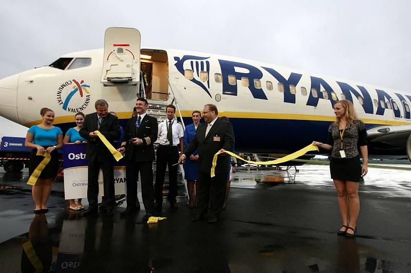 První let z Ostravy do Londýna. Pravidelná linka společnosti Ryanair bude do Londýna létat třikrát týdně.