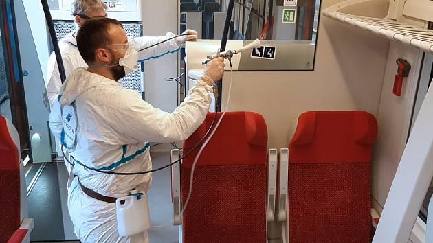 Kraj spouští pilotní projekt čistění vlaků pomocí nanonástřiků.