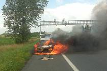 Zcela v plamenech se půl hodiny před sobotním polednem ocitl automobil Škoda Favorit na rychlostní silnici mezi Ostravou a Frýdkem-Místkem.