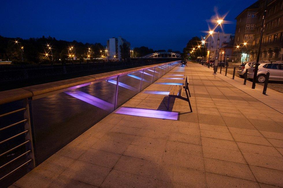 Noční zrekonstruované Havlíčkovo nábřeží za krajským soudem.