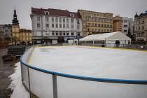 Stavba kluziště na Masarykově náměstí v centru Ostravy.