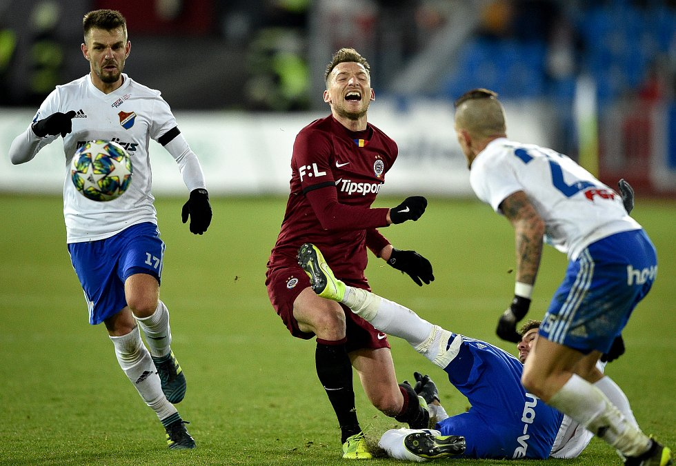 Utkání 20. kola první fotbalové ligy: Baník Ostrava - Sparta Praha, 14. prosince 2019 v Ostravě. Na snímku (střed) Libor Kozák a Patrizio Stronati.