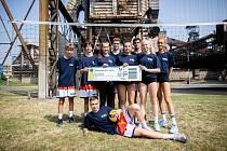 Obří maketu první vstupenky na zářijové mistrovství Evropy v Ostravě představili ve čtvrtek v Dolních Vítkovicích mladí volejbalisté a volejbalistky VK a TJ Ostrava.