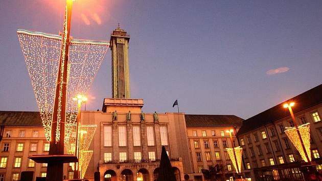 Deset metrů vysoký umělý vánoční strom se 25. listopadu 2009 rozsvítil na Prokešově Náměstí před ostravskou Novou radnicí.