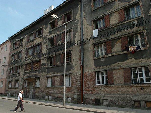 ZDEVASTOVANÉ RUINY. Řada domů na Palackého ulici získala vposlední době novou fasádu. Stále je ale mezi nimi spousta takových, které by se už hodilo spíše zdemolovat než opravovat.