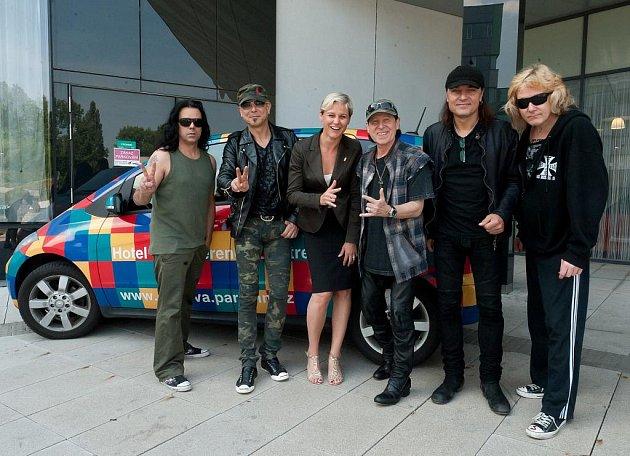 PARK INN HOSTIL I SCORPIONS. V ostravském hotelu přespali počátkem června i členové světoznámé rockobé skupiny Scorpions. Přivítala je ředitelka hotelu Gabriela Dítětová.