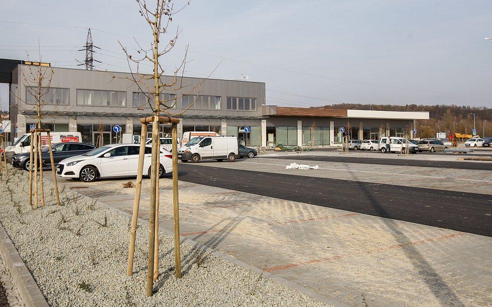 Parkoviště a příjezd k ostravské Outlet Aréně Moravia, nedaleko mostu přes Odru do Petřkovic, Ilustrační foto.