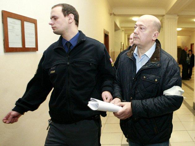 Hlavou tabákového gangu byl podle obžaloby Emil Podhorný (na snímku ze zahájení procesu v prosinci 2014). Středečního vyhlášení rozsudku se na vlastní žádost nezúčastnil.