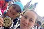 Žaneta Frenn (vlevo) a Denisa Ševčíková zvládly první maraton v životě a ještě při tom pomáhaly.
