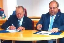 Na snímku Miroslav Rybička (vlevo) s hejtmanem Moravskoslezského kraje Miroslavem Novákem při podpisu.