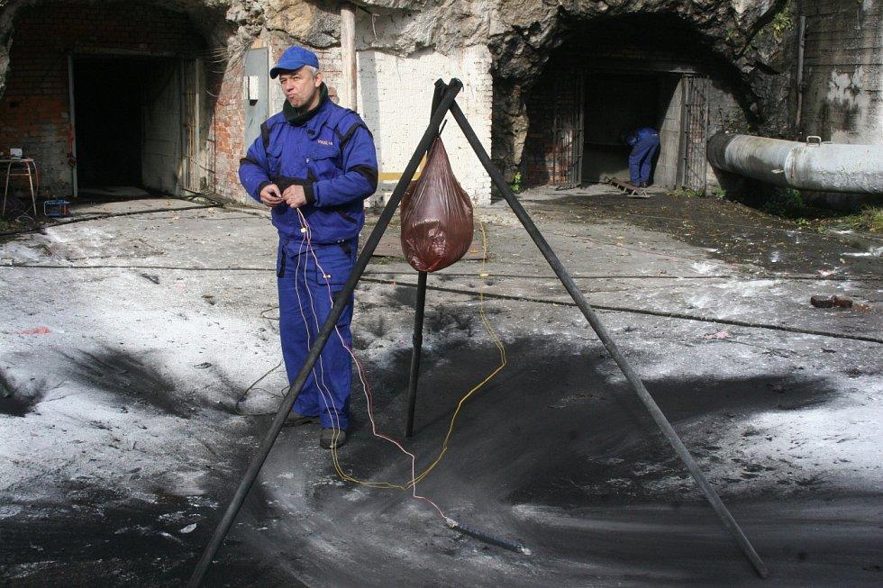 Střelmistr společnosti Otmar Ondraczka VVUÚ z Ostravy-Radvanic a jeho pracovní život se točí zejména okolo explozí, zapálení a požárů.