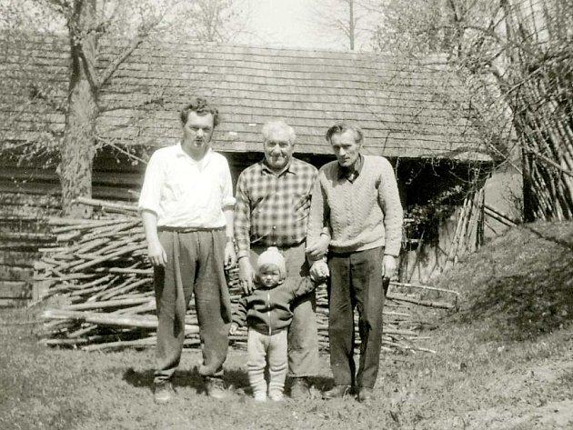 Čtyři Josefové Václavíkovi, foceno v roce 1975, vlevo já, vpravo můj otec , uprostřed staříček a malý Josef.