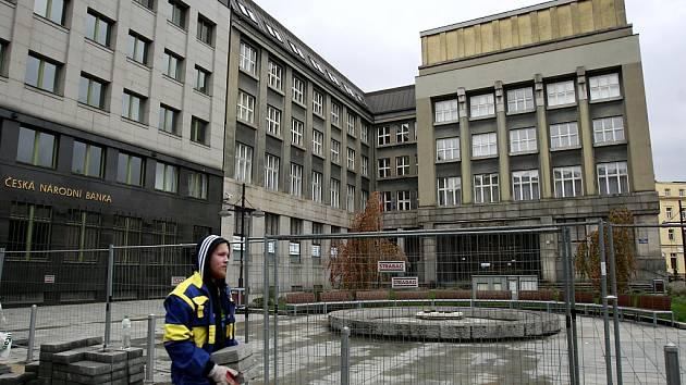 Rekonstrukce náměstí Dr. E. Beneše začala opravou kašny.