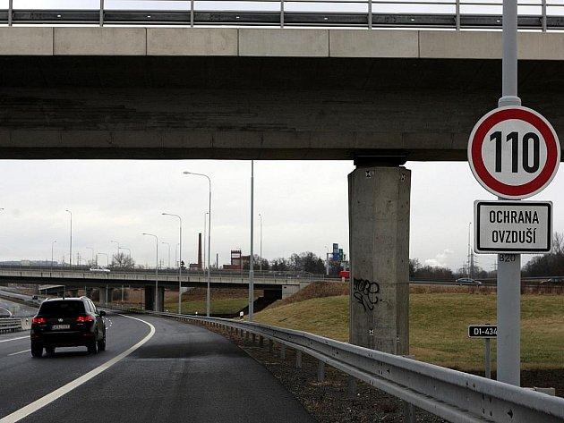 """Řidiči, kteří v těchto dnech jedou po ostravské části dálnice D1 směrem do Ostravy, míjejí dopravní značku omezující rychlost s dodatkovou tabulkou s nápisem """"ochrana ovzduší"""". Příklad efektivního opatření ke zlepšení kvality ovzduší?"""