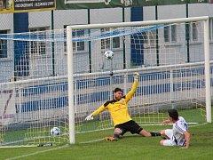 TŘINECKÝ brankář Lukáš Paleček (ve žlutém) už nestačil zasáhnout proti střele frýdeckého obránce Michala Švrčka, která znamenala pro Valcíře vedení v zápase 1:0.