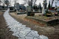 Nové chodník na hřbitově v Muglinově.