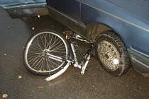 Vážná nehoda, která skončila zraněním jedenáctiletého cyklisty, se stala ve středu ráno ve Staré Vsi nad Ondřejnicí na Ostravsku. Chlapec na kole se srazil s osobním vozidlem peugeot.