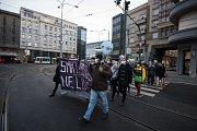 Přibližně tři stovky lidí ve čtvrtek v Ostravě demonstrovaly za čisté ovzduší. Primátorovi města Tomáši Macurovi (ANO) předali před magistrátem požadavky, které by měly zlepšit situaci.