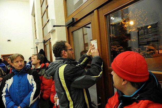 V Ostravě v pondělí odstartovaly zápisy do základních škol. Před základní školou Porubská 831 dokonce někteří rodiče nocovali, aby sem zapsali své dítě.