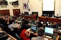 Atmosféra mimořádného zasedání zastupitelstva, na kterém se rozhodlo o tom, že město Ostrava koupí Bazaly.