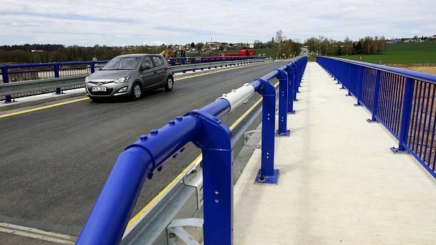 Most nad budoucí prodlouženou Rudnou ulicí, který propojuje cestu mezi Pustkovcem a Krásným Polem.