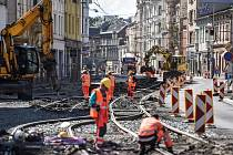 Čtvrtek 30. července 2015. Dříve dopravní tepna v centru Ostravy, nyní je z Nádražní ulice staveniště.