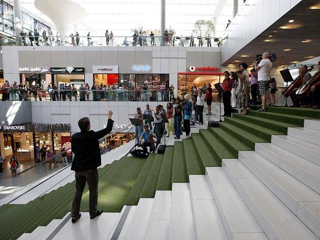 Flash mob filharmoniků v ostravském obchodním centru Forum Nová Karolina.
