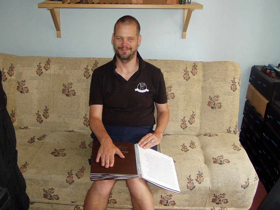 Michal Simon má doma velkou knihovnu. Většinu z nich tvoří knihy psané Braillovým písmem. Ty klasické mu předčítají návštěvy.