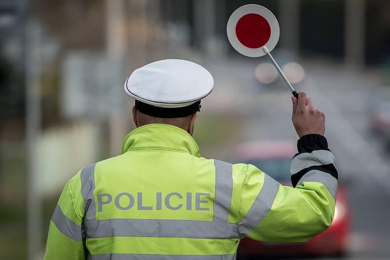 Policisté zastavují auta. Ilustrační foto.