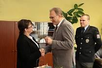 Žena převzala ocenění z rukou ostravského policejního šéfa V. Štalmacha a starosty obvodu Hrabová I. Trávníčka. Ženě poděkoval i policista, kterému kolo půjčila.