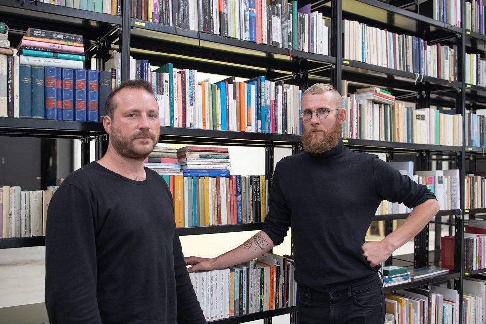 Kurátoři výstavy Pavel Sterec (vlevo) a Jakub Adamec (vpravo